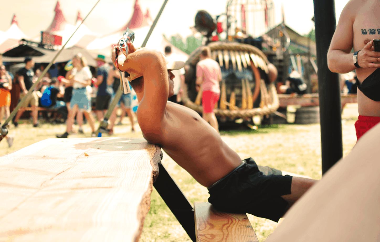 Resenär kopplar av på festival