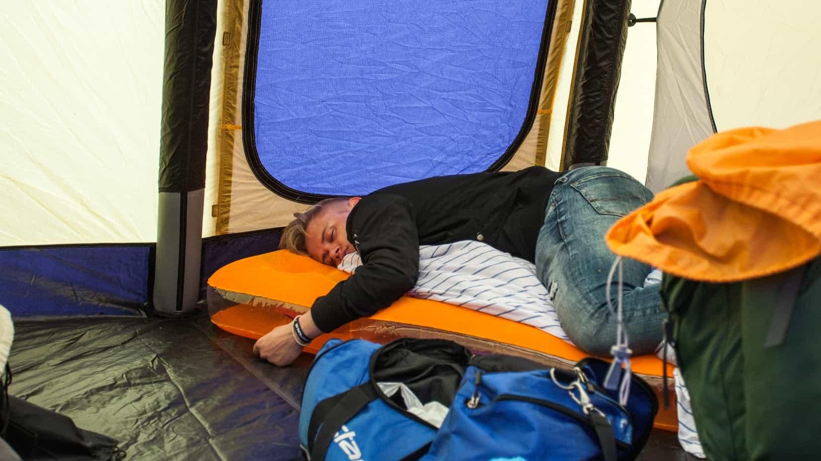 Sömnig i tältet